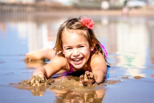 Criança-feliz-brincando-na-agua